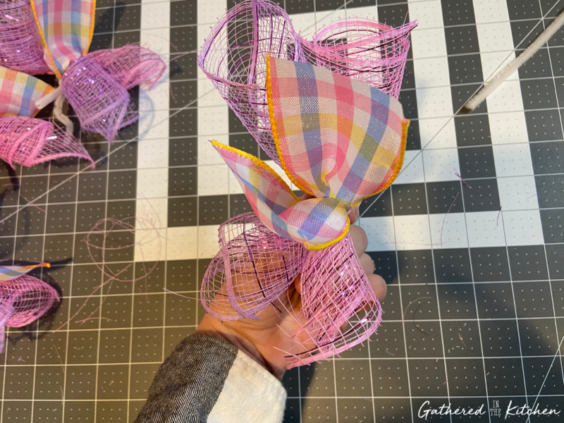 How to make curly deco mesh wreaths
